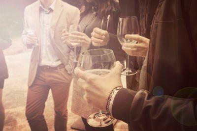 gruppo di amici bevendo e chiaccherando