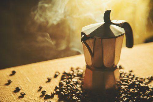 Una caffettiera con i chicchi di caffè ad Agrigento