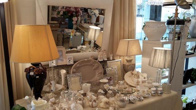 tavolo con oggettistica di colore bianco
