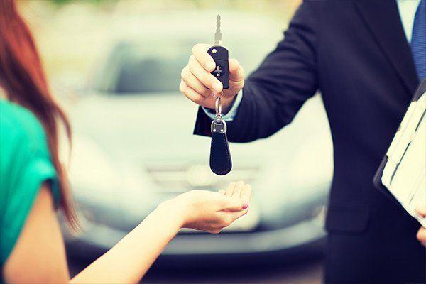 consulente consegna chiavi al cliente per un noleggio a lungo termine