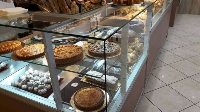 delle torte esposte in una vetrina