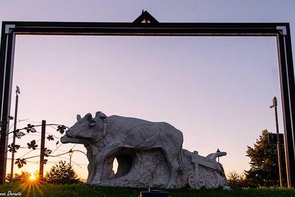 Vista di una statua a forma di mucca  durante il tramonto