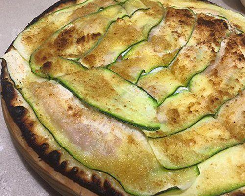 Pizza con zucchine cotta nel forno a legna