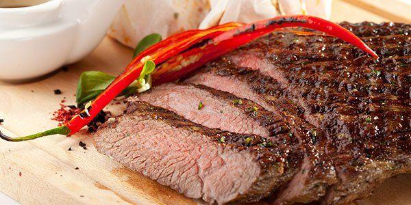 Un arrosto tagliato a fette e un peperoncino grigliato