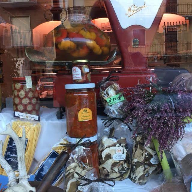 prodotti gastronomici in vetrina