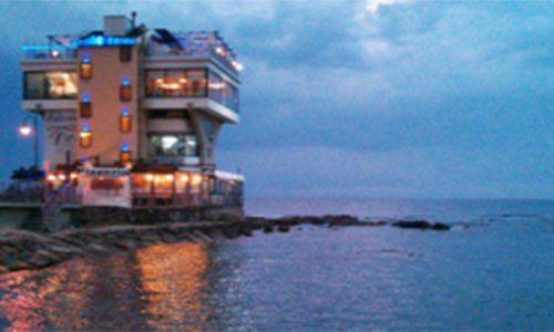 vista di un ristorante sul mare