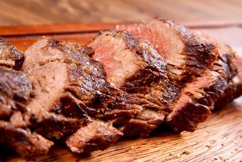 carne grigliata al sangue e tagliata