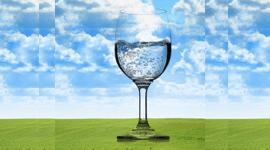 Disegno di un bicchiere d'acqua trasparente contro il cielo
