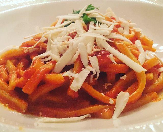 Spaghetti con salsa di pomodoro,formaggio grattugiato ed un tocco di rucola