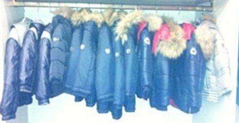 dei manichini con delle giacche