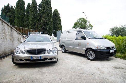 Un furgone e una macchina adibiti al trasporto funebre