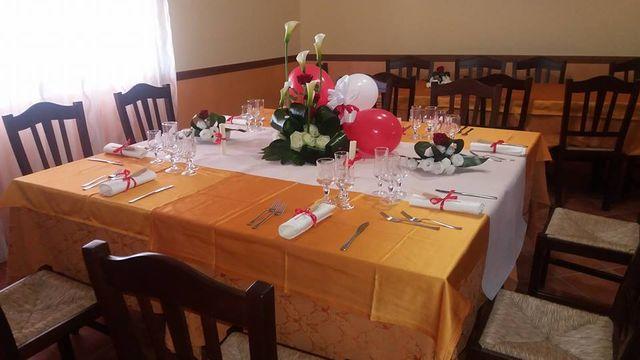 tavola preparata nella sala dell'agriturismo