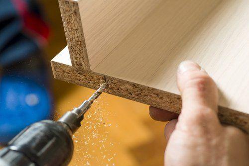 trapanatura di un mobile in legno