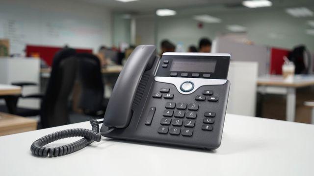 telefono su scrivania