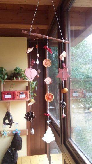 appendere campanelli eolici decorativi accanto alla finestra