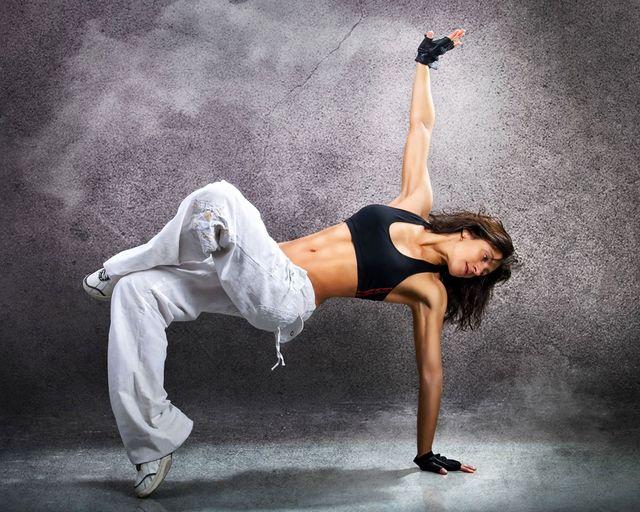 donna muscolosa che balla hip hop