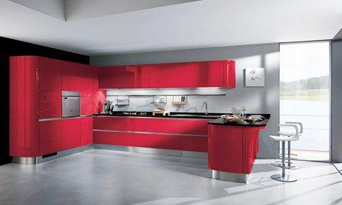 Una cucina moderna componibile di color rosso con angolo bar