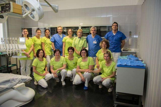 un gruppo di dentisti in posa per una foto