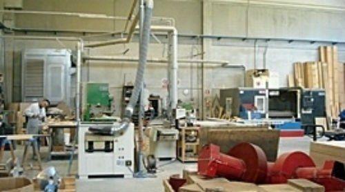 un macchinario e delle assi di legno accanto