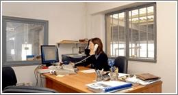 donna seduta alla scrivania impegnata al telefono per assistenza sinistri