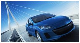 auto sportiva blu che sfreccia su un ponte