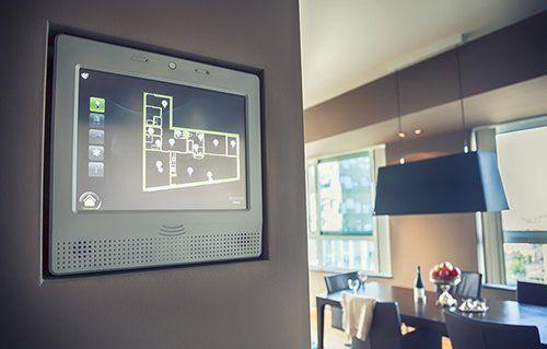 tocca schermo di un sistema d'allarme all'interno di una casa