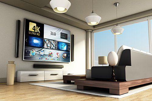 soggiorno moderno con televisione a marchio 4K ULTRA HD, finestra grande in vetro, divano, pavimento in parquet e arredamento di casa