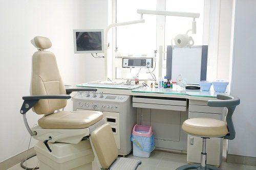 Sedia per il paziente in uno studio di un dottore otorinolaringoiatra