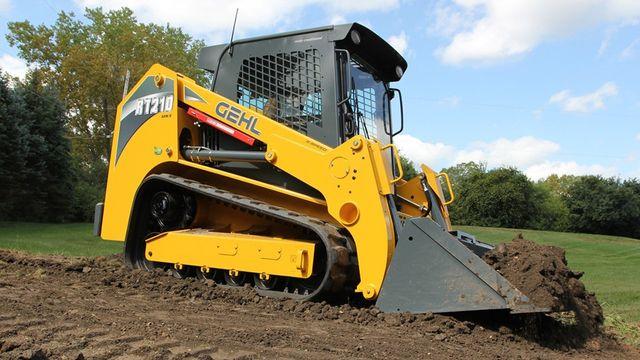 escavatore durante la fase di movimento della terra