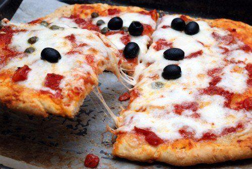 Pizza di margherita e olive nere
