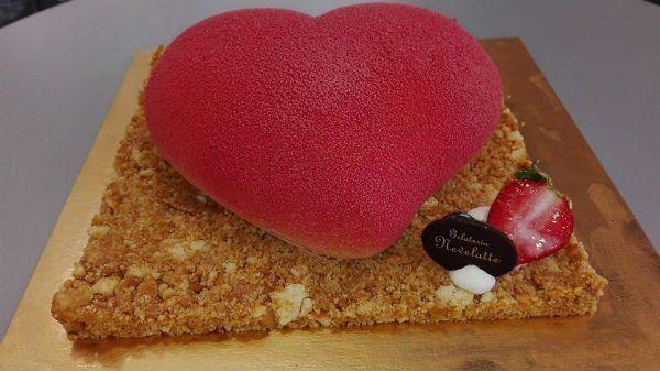 una torta a forma di cuore rosso