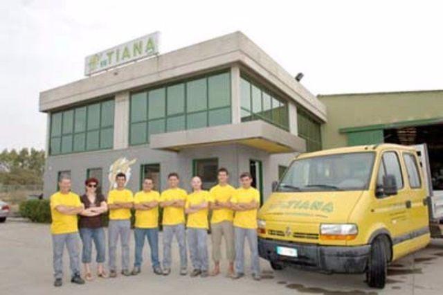 delle persone vestite di giallo accanto a un furgone