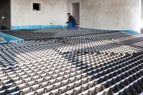 un uomo lavora all'impianto termoidraulico