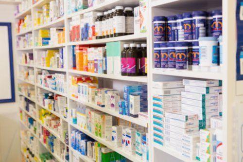 scaffali con prodotti farmaceutici