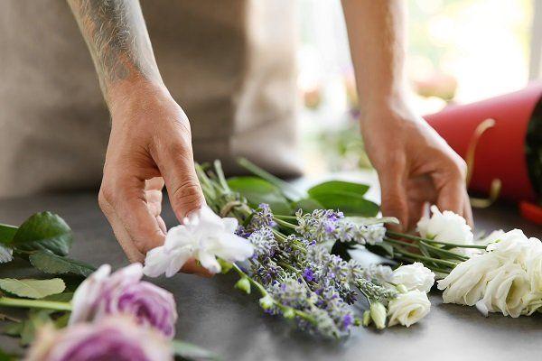 Scegliendo fiori per un mazzo