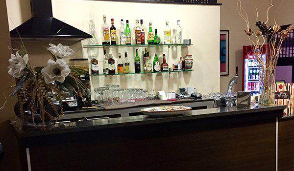 vista del bancone del bar all'interno del ristorante
