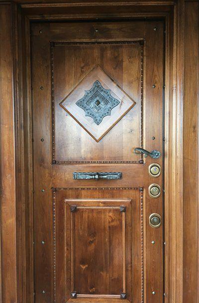 porta in legno  con serratura di sicurezza