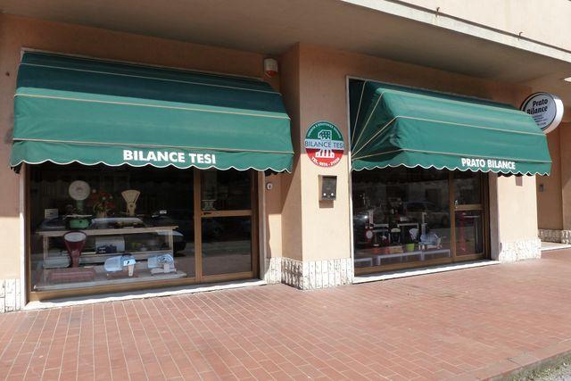 due vetrine del negozio Prato Bilance