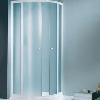 un box doccia in un bagno con una parete azzurra
