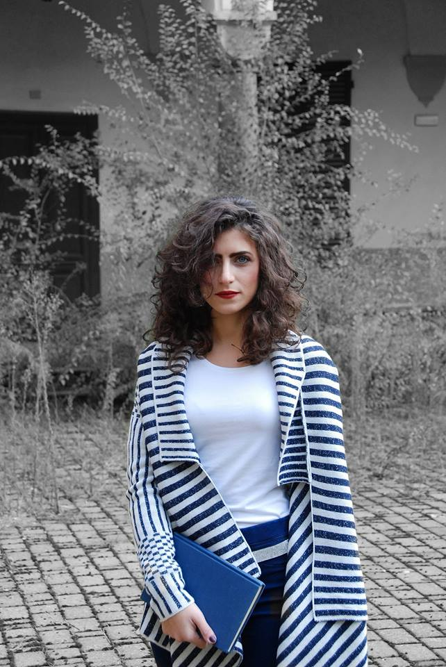 una donna con una maglia a righe e pochette blue