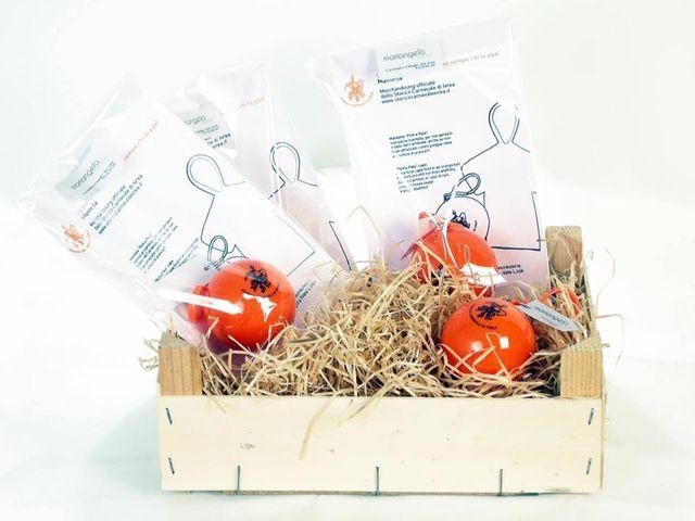 un cestino con della paglia e delle palline arancioni