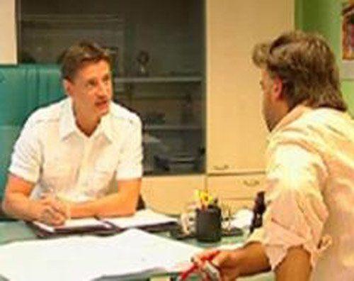 due uomini in camicia discutono in ufficio