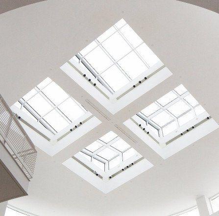 La nostra azienda adotta efficienti scaccia piccioni con gli aghi, in particolare, per i cornicioni e i davanzali delle finestre.