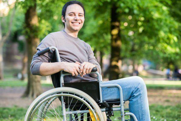 un ragazzo in sedia a rotelle