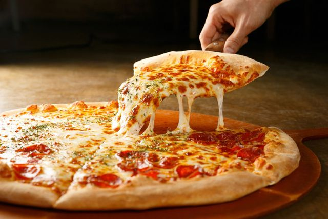 una pizza animata che tiene un cartello con scritto Gluten Free