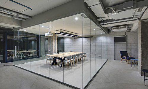 interno di un edificio con un tavolo circondato da vetrate