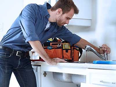operaio constatando il funzionamento di un rubinetto della cucina