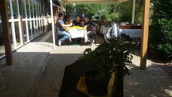 Gente mangiando nella terrazza