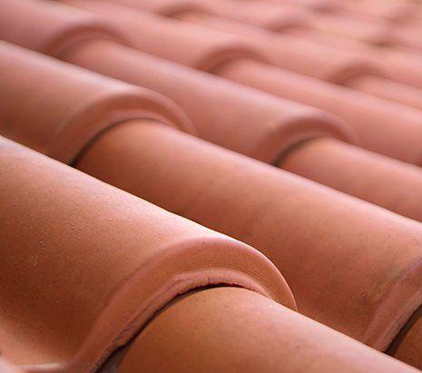 vista ravvicinata delle mattonelle di un tetto di color arancione