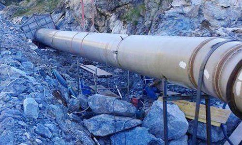 un grosso tubo sopra dei massi